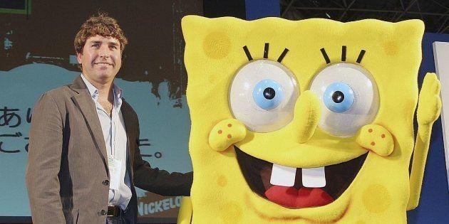 Stephen Hillenburg, junto a una persona disfrazada del personaje que lo ha hecho