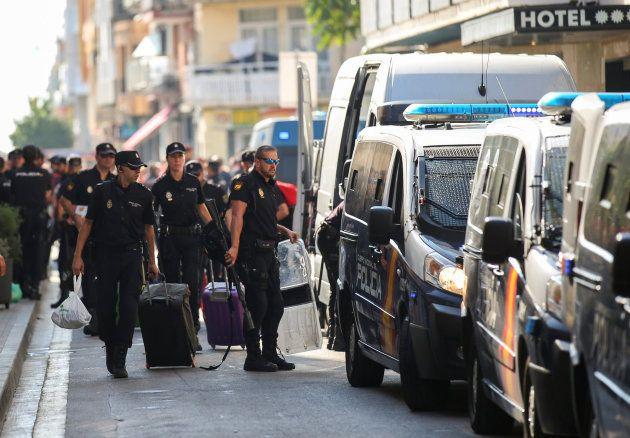 Los policías abandonan su hotel en