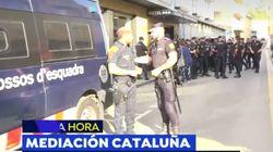 Un policía nacional y un mosso se intercambian el escudo en