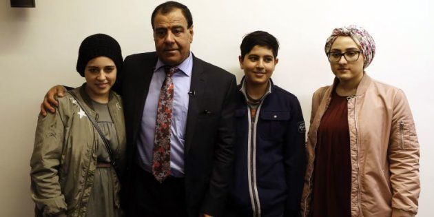 El médico Izzeldin Abuelaish, con tres de sus hijas, durante una reciente conferencia de