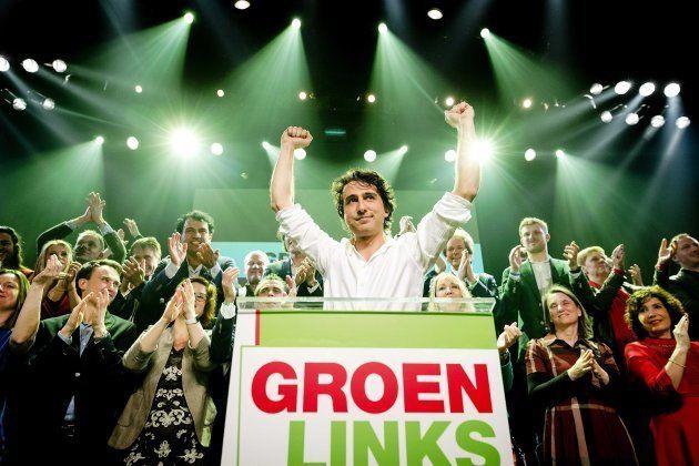 Jesse Klaver (c) de GroenLinks, celebra los resultados de los sondeos a pie de