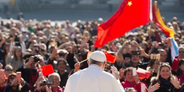 El papa Francisco saluda a los fieles en la plaza de San Pedro del Vaticano durante la audiencia general...