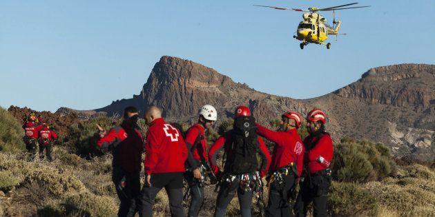 Un helicóptero del Grupo de Emergencias y Salvamento (GES) del Gobierno de Canarias y otro de la Guardia...