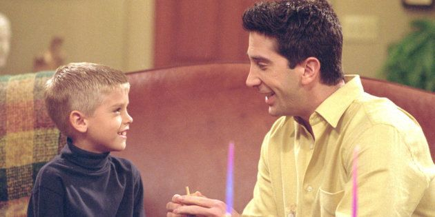 Cole Mitchell Sprouse como Ben y David Schwimmer como Ross Geller en 'Friends'. (Warner Bros.