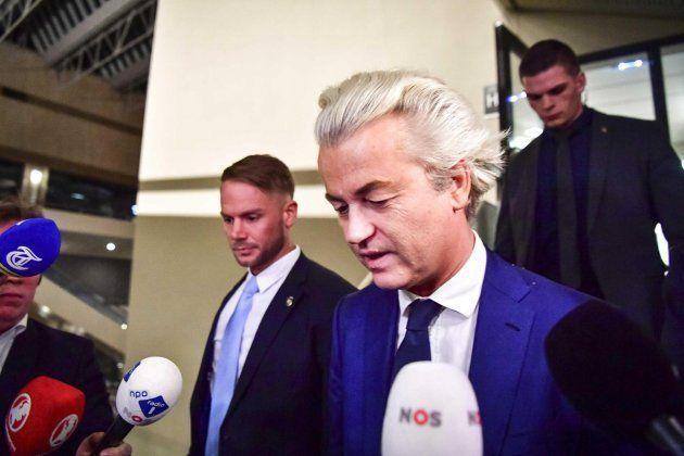 El líder del Partido por la Libertad (PVV) Geert Wilders (c) ofrece declaraciones sobre los resultados