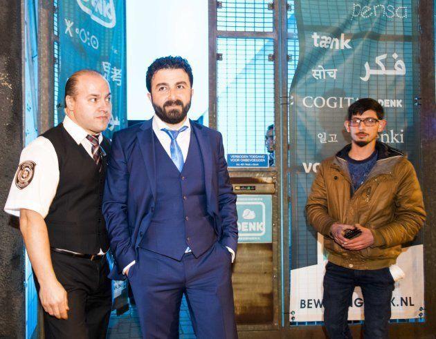 Selcuk Ozturk (c), del partido DENK (piensa), es visto durante la noche de las