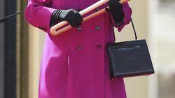 La Reina Isabel II firma la ley que autoriza la activación del