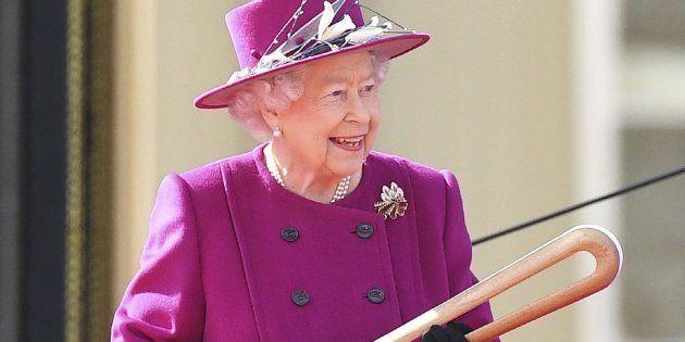 La reina Isabel II del Reino Unido sostiene