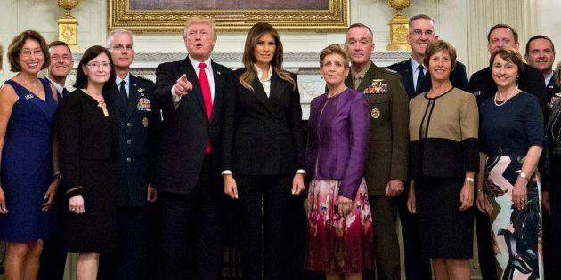 El presidente de Estados Unidos, Donald J. Trump posa con altos líderes