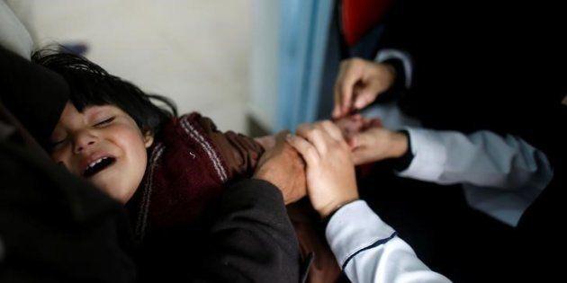 Un grupo de enfermeras atiende a un niño sospechoso de sufrir cólera, en un centro médico de Sanaa, Yemen,...