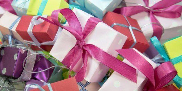Manuela Carmena reparte regalos a ocho niños que no los recibieron en