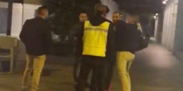 El joven agredido por un portero en Murcia ya consigue mantenerse en