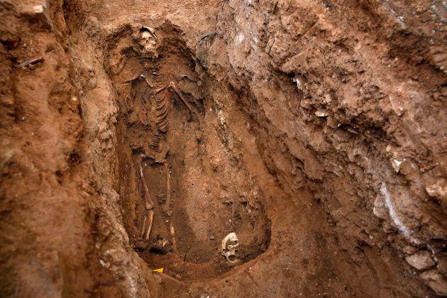 Fosa del cementerio de Guadalajara exhumada por orden de la Justicia de Argentina, en la que se aprecian...