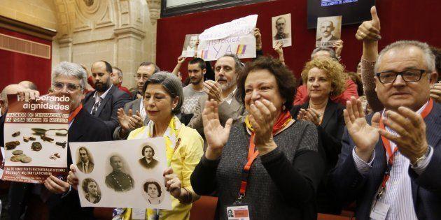 Familiares de víctimas y miembros de asociaciones de memoria aplauden la aprobación de la ley en el Parlamento...