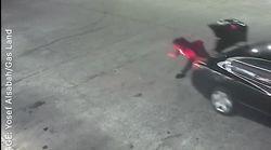 Escapa de su secuestrador tirándose desde el maletero en una