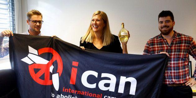 Miembros de ICAN, entre ellos la directora Ejecutiva, celebran el Nobel de la Paz