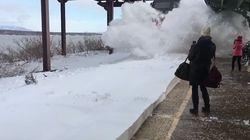 La impresionante ola de nieve causada por un tren en Nueva