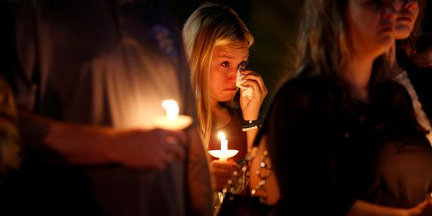 Una mujer se seca las lágrimas durante una misa en homenaje a las víctimas del tiroteo en Las Vegas,...