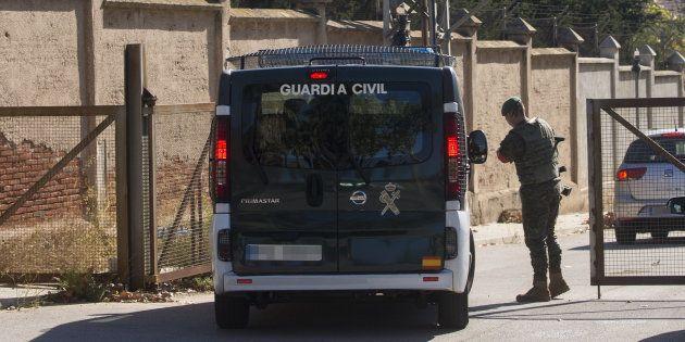 Una furgoneta de la Guardia Civil entra en el Cuartel Santa Eulalia de Sant Boi, donde ayer el Ministerio...