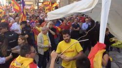 Manifestantes españolistas destrozan un tenderete independentista en
