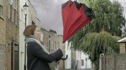 Alguien ha diseñado el paraguas al revés ¡y es más útil que el de toda la