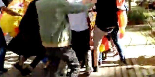 Un grupo de españolistas agrede a un fotógrafo en la manifestación de