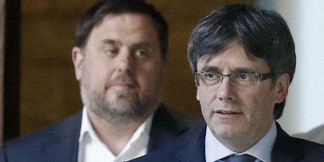El presidente de la Generalitat, Carles Puigdemont acompañado por el vicepresidente del Govern, Oriol...