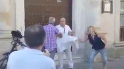 Vecinos de Sanlúcar impiden a un hombre manifestarse por el