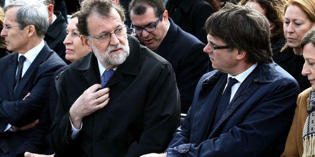 Mariano Rajoy y Carles Puigdemont, en marzo de 2016, durante un homenaje a las víctimas del siniestro...