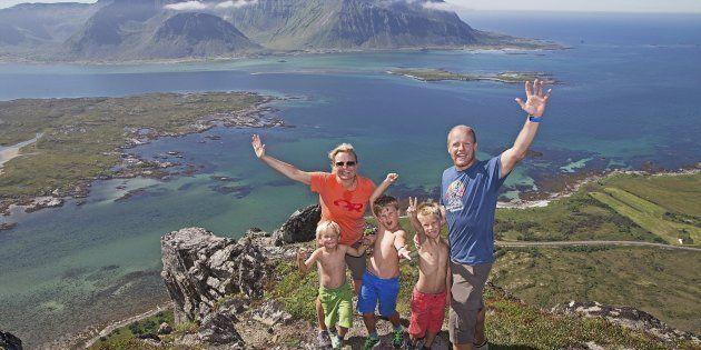 Una familia celebra en lo alto de una montaña en el archipiélago de Lofoten, en Noruega, el 19 de julio...