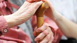 Organizan una colecta improvisada para comprar una muleta a una anciana sin
