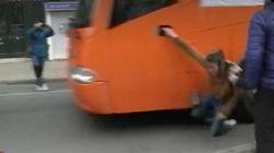 El autobús de Hazte Oír atropella a una joven que protestaba en Pamplona y no se