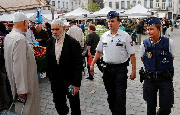 Los oficiales de policía Ann Vercammen (derecha) y Tarek Chatt, patrullando por las calles de Molenbeek...