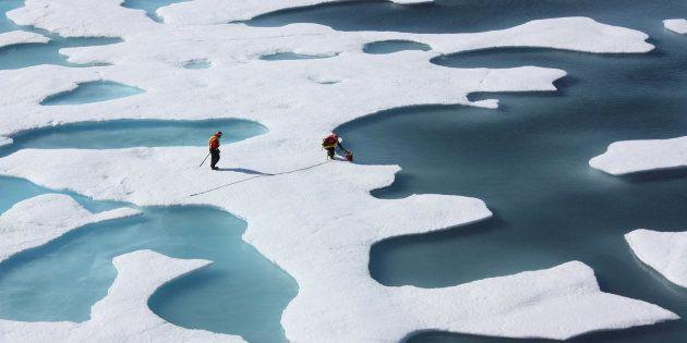 La tripulación de los investigadores del U.S. Coast Guard Cutter Healy, recibiendo suministros en el...