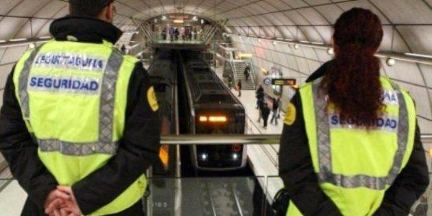 Un grupo de grafiteros arroja a las vías a un vigilante de Metro de
