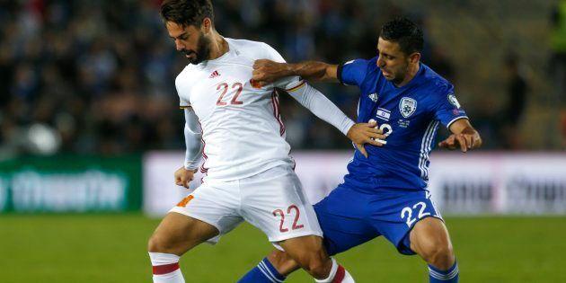 El jugador de la selección española Isco disputa el balón con el israelí Marwan Kabha durante el partido...