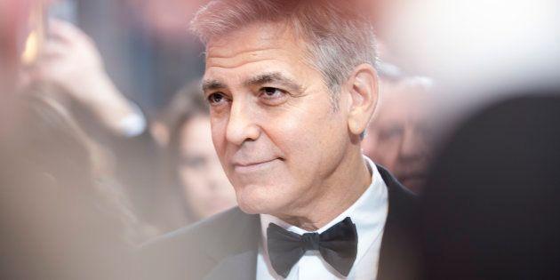 George Clooney sorprende a una fan de 87 años al presentarse en su