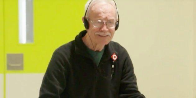 Este hombre de 78 años con demencia no puede evitar bailar cuando suena Elvis