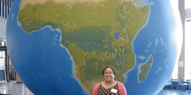 Natacha Scott, la directora de estudios sociales en las Escuelas Públicas de Boston, posa junto a un...