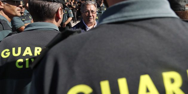 Zoido saluda a los guardias civiles durante su visita a la base militar en la que se encuentran alojados...