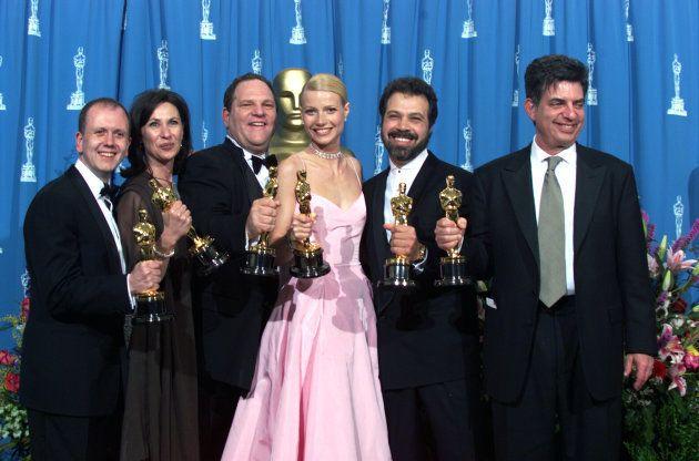 La actriz Gywneth Paltrow con su Oscar a la Mejor actriz protagonista por 'Shakespeare in Love' junto...