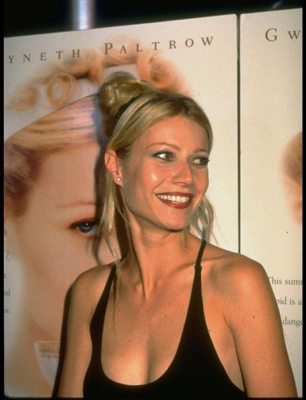 Gwyneth Paltrow ante un póster de 'Emma' en el estreno de la