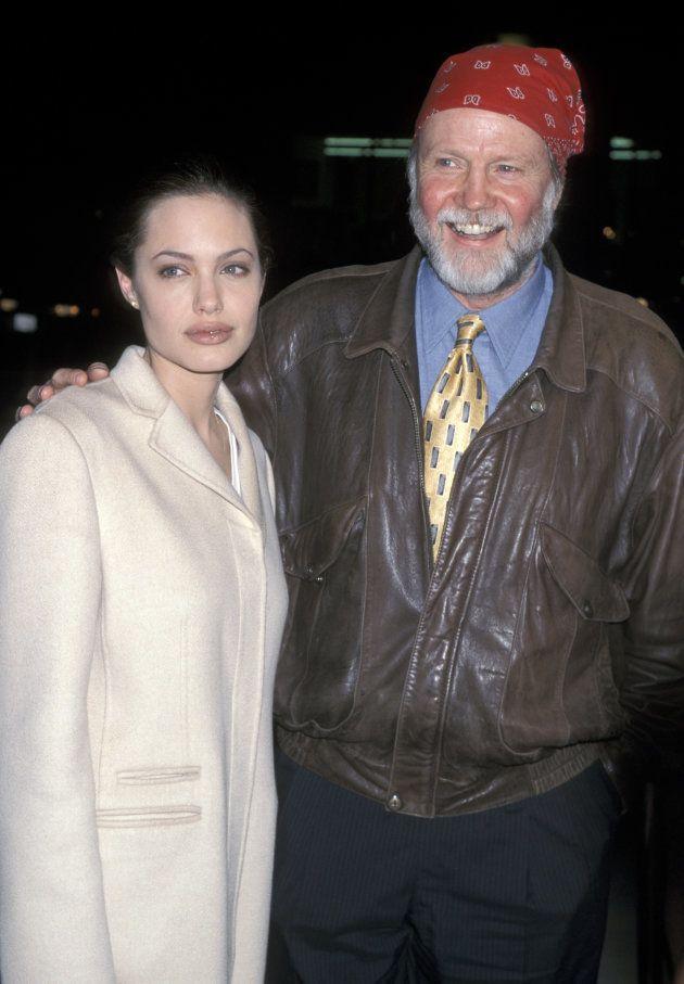 Angelina Jolie y su padre, el actor Jon Voight, en el estreno de 'Jugando con el corazón', el 10 de diciembre...
