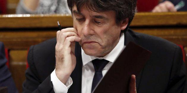 El presidente de la Generalitat catalana, Carles Puigdemont, repasando sus notas desde su escaño en el...