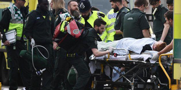 Servicios de emergencia a las afueras del Parlamento