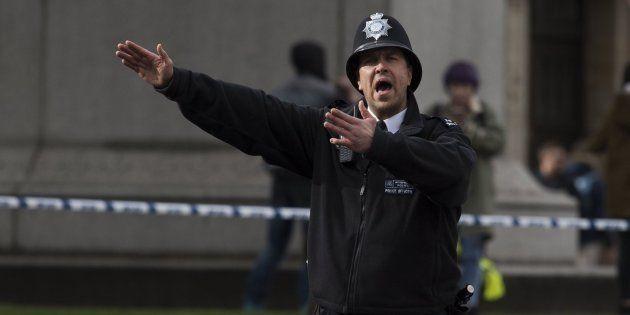 Un agente de policía británico permanece en guardia tras un tiroteo ante el Parlamento en Londres, Reino
