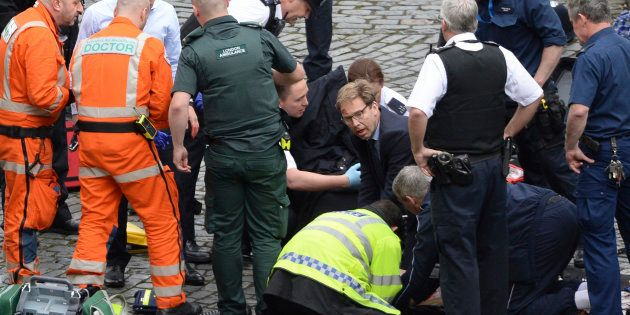 El héroe del ataque en Londres: Tobias Ellwood, el diputado que intentó salvar al policía