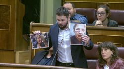Rufián enseña fotos de las víctimas del 1-O en el