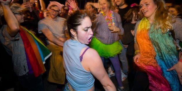 Cientos de activistas LGTBQ protestan bailando ante la casa de Mike