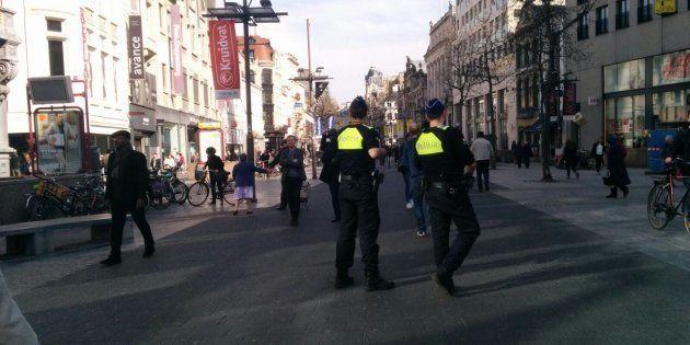 Una pareja de policías patrulla por Meir, la calle peatonal en cuyo entorno se han producido los hechos,...